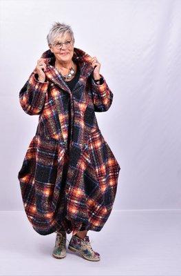 Lange mantel / jas in vrolijke herfstkleuren, ruitprint, knoopsluiting en bollingen,Moonshine
