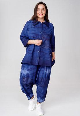Blouse Kekoo blauw met knoopsluiting, hand geschilderde print, tie-dye