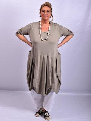 Moonshine taupe ruim vallende lange jurk met bollingen en zakken, oprolbare mouw