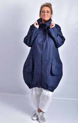 Ballonjas marineblauw met rits en grote zakken,bies op de zakken en achterpand.