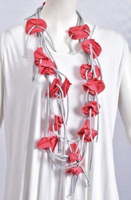 Myrjo mooie ketting grijs met roze roosjes.