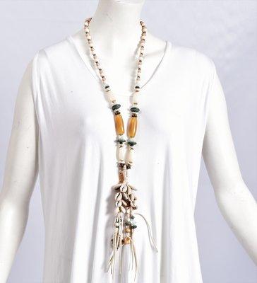 Ibiza ketting van kralen met schelpen en  flosjes, beige/offwhite/blauw