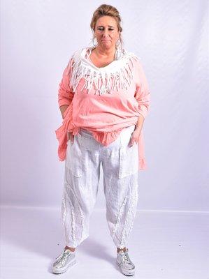 Broek, wit, iets toelopende pijpen, met leuke details en zakken op voorkant