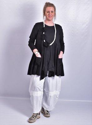 Tuniek zwart, A-lijn, asymmetrisch, zakken op voorpand,  lange mouw,
