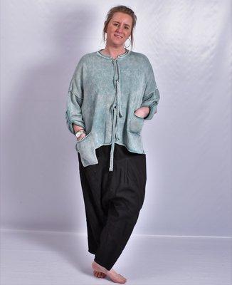 Vestje Kekoo emeraldgroen, aangeknipte, oprolbare mouw, gebreide vetersluiting en twee zakjes, stone washed