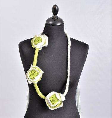 Myrjo stoffen groen /witte handgemaakte ketting lime met bloemen