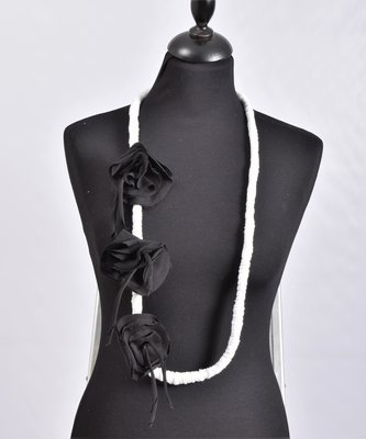 Myrjo stoffen zwart/witte handgemaakte ketting  met bloemen