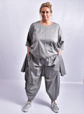 Broek, La Bass, grijs, steekzakken, rekbare taille, grote zak met plooien aan een kant