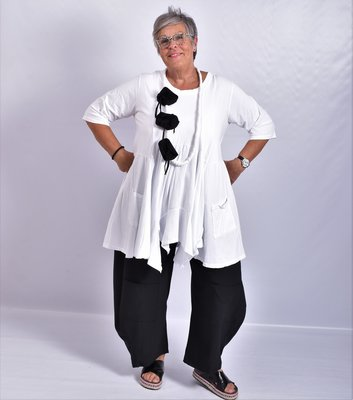 Tuniek wit, tricot, A-lijn, asymmetrisch, zakken op voorpand,  7/8 mouw,
