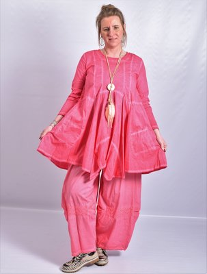 Tuniek hard roze, A-lijn, asymmetrisch, zakken op voorpand,  lange mouw,