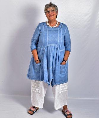 Tuniek jeansblauw, A-lijn, asymmetrisch, zakken op voorpand, lange mouw.