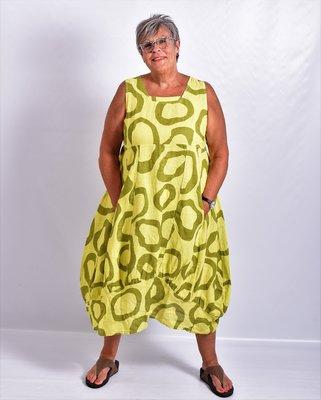 Jurk limegroen met print, lang linnen, rechte hals, naden ingestikt, band onderaan jurk gestikt