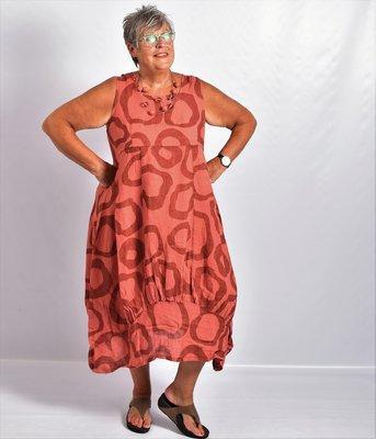 Jurk brique met print, lang linnen, rechte hals, naden ingestikt, band onderaan jurk gestikt