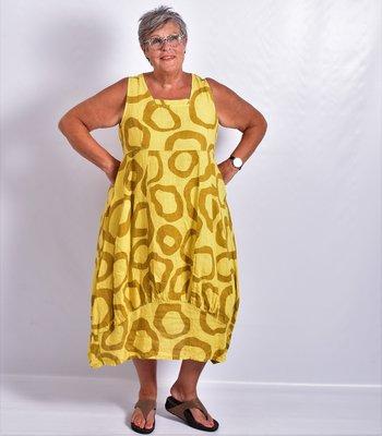 Jurk geel met print, lang linnen, rechte hals, naden ingestikt, band onderaan jurk gestikt