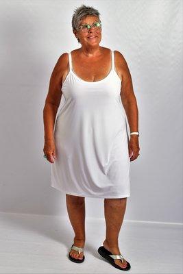 Hemd/ jurk wit, smalle schouderbandjes, diepe ronde hals voor en achter, A-lijn,