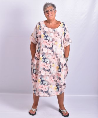 Jurk, roze met bloemenprint, 100% linnen, halflange mouw, ronde hals, steekzakken, mooie belijning