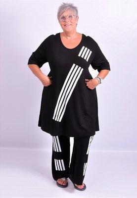 T-shirt zwart met witte streepprint A-lijn korte mouw, V-hals