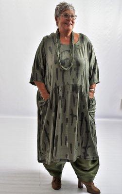 ..Jurk, la Bass armygroen met print, mooie belijning, steekzakken in voorpand, grote A-lijn, glanzende soepele stof