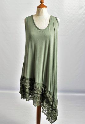 ,,Moonshine Tuniek army groen asymmetrisch ,zonder mouw, loopt schuin en stroken kant aan de onderkant