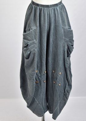 ,,Broek in de kleur jeansblauw, zakken met plooien op heuphoogte, rekbare taille,