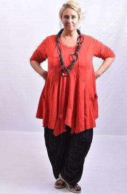 ..Tuniek rood asymmetrisch, lange mouw, loopt schuin, klokkend model