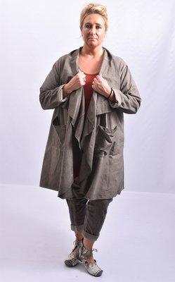 Lang vest, taupe, washed out, suede-achtige stof met ruim vallende kraag die doorloopt tot het midden van het voorpand