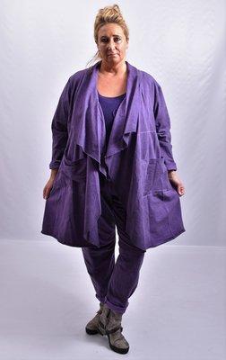 Lang vest, paars, washed out, suede-achtige stof met ruim vallende kraag die doorloopt tot het midden van het voorpand