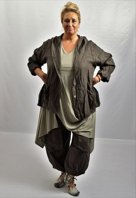 ,,Jasje/ vest, bruin wijd model, grote A-lijn met knoopsluiting en puntmuts