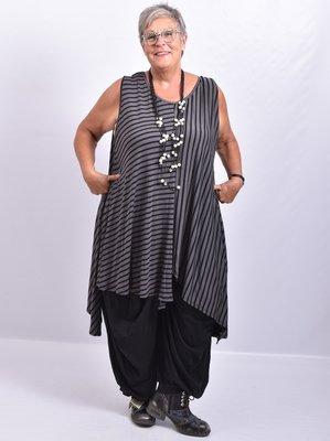 Tuniek grijs zwart gestreept asymmetrisch, zonder mouw, uitlopend in punten.