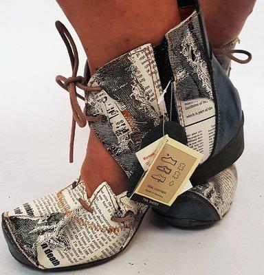 Leuke halfhoge schoen, zwart met letter print, opening met gekartelde rand op voorvoet