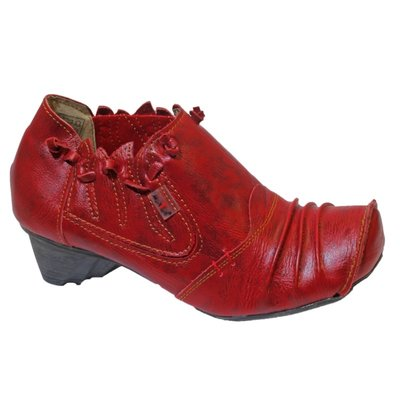 Leuke schoen, rood met koordje om de enkel en plooitjes op de voorvoet