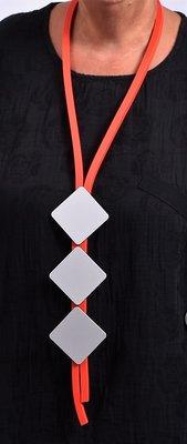 Ketting, rubberen ketting, rood snoer met drie RVS-plaatjes
