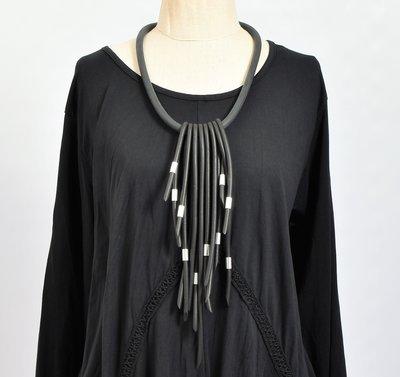 rubberen ketting, zwart, kort snoer met asymmetrische slierten bewerkt met metaal