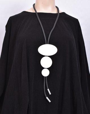 rubberen ketting, zwart, een snoer met RVS rondjes