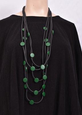 Ketting, rubberen ketting, vijf zwarte snoeren met groene rondjes