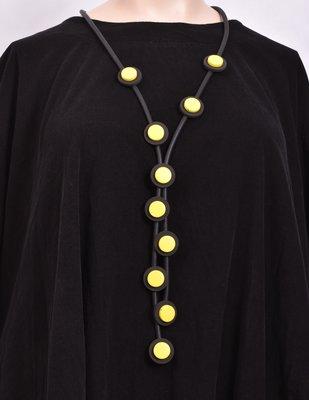 Ketting, rubberen ketting, vijf zwarte snoeren met gele rondjes