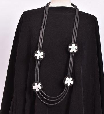rubberen ketting, zwart, drie snoeren met  RVS bloemen op rubberen rondjes