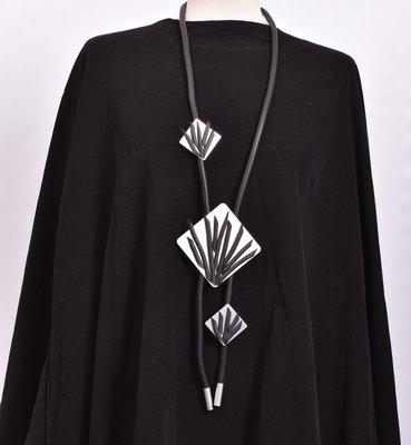 rubberen ketting, zwart, een snoer met RVS rechthoeken