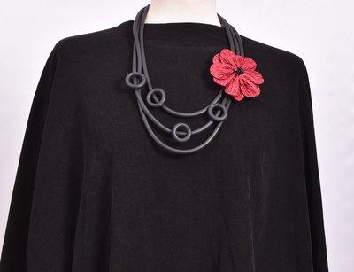 rubberen ketting, zwart, drie snoeren met rode bloem en rubberen rondjes
