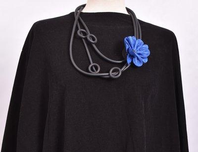 rubberen ketting, zwart, drie snoeren met blauwe bloem en rubberen rondjes