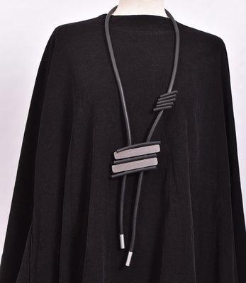 rubberen ketting, zwart, een snoer met RVS vormen