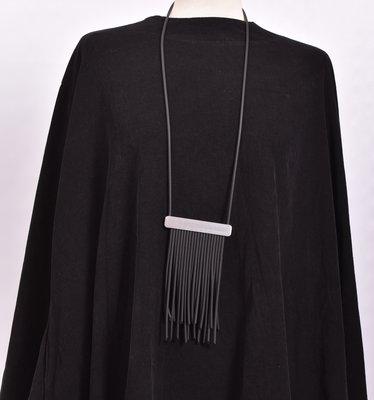 rubberen ketting, zwart, een snoer met RVS en rubberen sliertjes