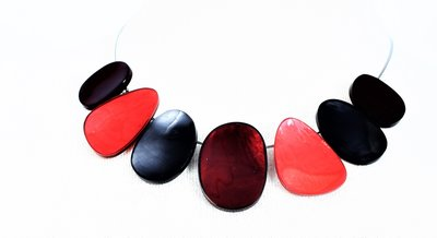 Ketting, div kleuren rood, zwart,  aluminium en hars, asymmetrisch,