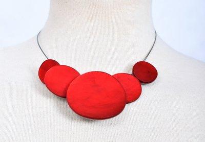 Ketting, rood, 5 cirkels van schelp/metaal.