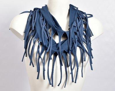 Sjaal, blauw met een fijn zwart streepje en franjes, tricot
