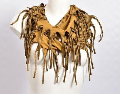 Sjaal, okergeel met een fijn zwart streepje en franjes, tricot