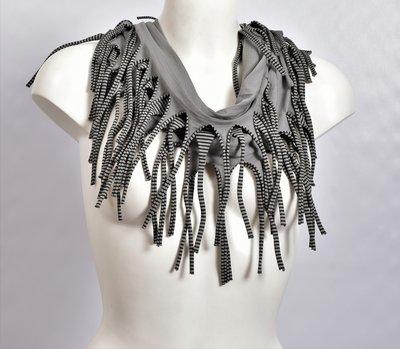 Sjaal, grijs met een fijn zwart streepje en franjes, tricot
