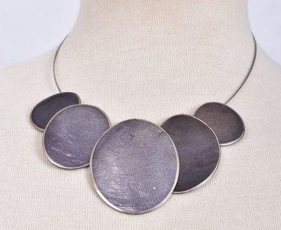Ketting, aubergine, 5 cirkels van schelp/metaal.