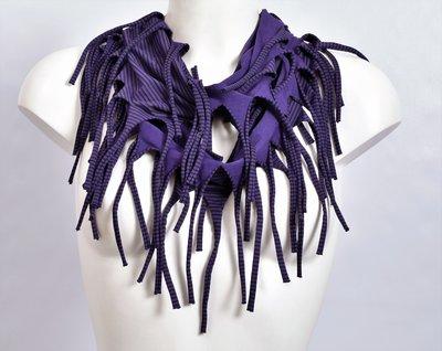 sjaal, paars met een fijn zwart streepje en franjes, tricot