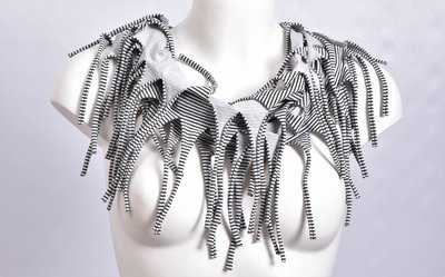 Sjaal, kiezel met een fijn zwart streepje en franjes, tricot